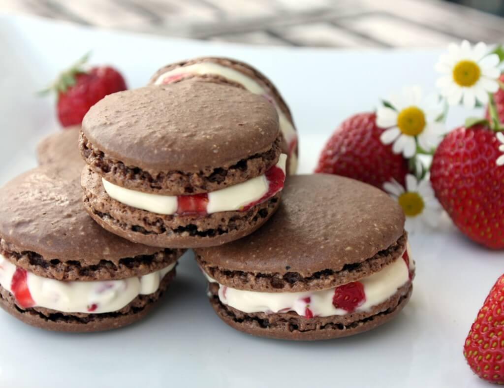 Schoko Macarons mit Erdbeeren {flowers on my plate}
