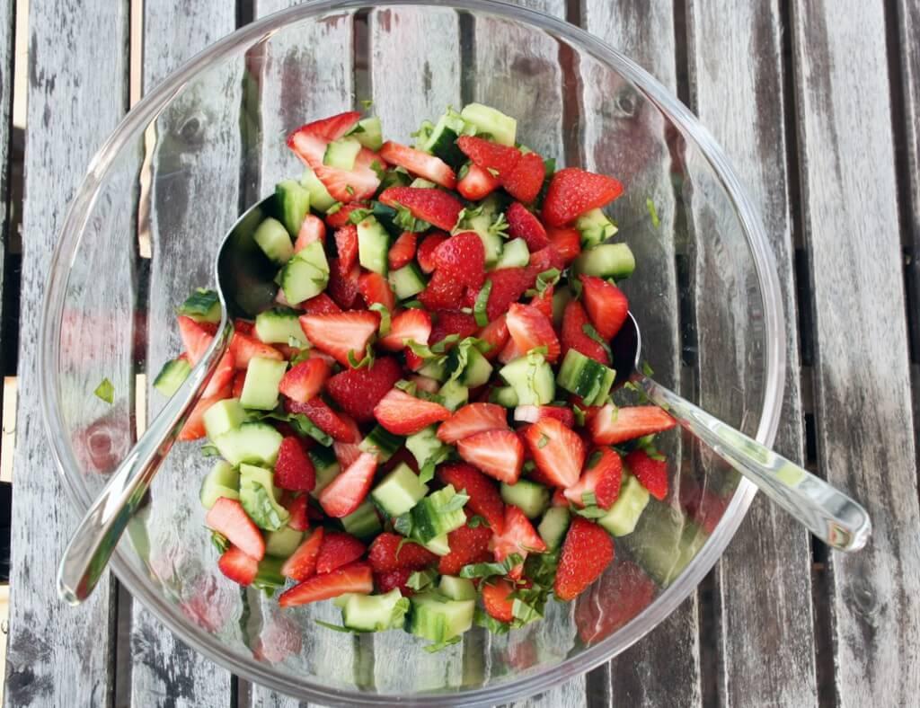 Erdbeer Gurken Salat {flowers on my plate}